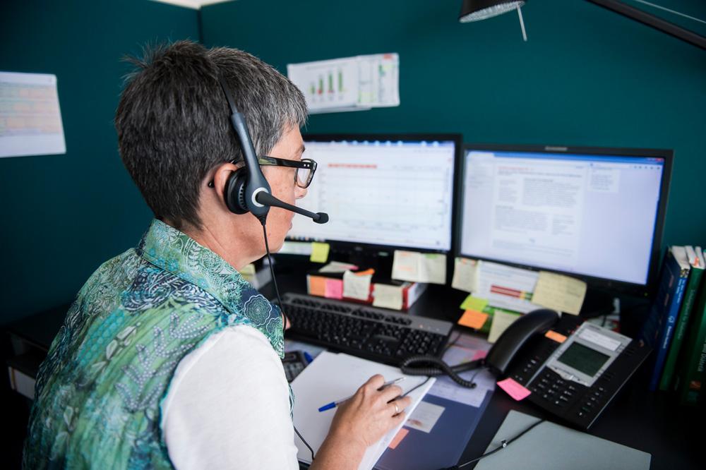 Die Diabetesberaterin Cosima Bootz (52) spricht am 11.09.2014 mit einem Patienten im DITG (Deutsches Institut für Telemedizin und Gesundheitsförderung) in Düsseldorf. Foto: Marcus Simaitis